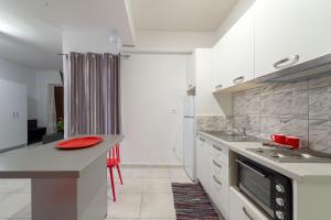 A kitchen or kitchenette at Byron Hotel