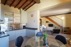 A kitchen or kitchenette at Apartments Florence - Duomo