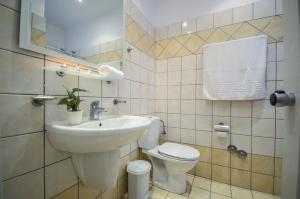 Ένα μπάνιο στο Adriani Hotel
