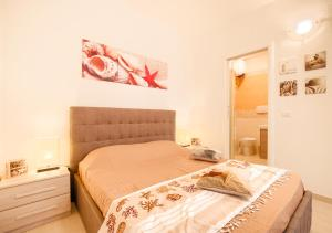 A bed or beds in a room at Appartamento con Spiaggia Privata Wi-fi Parking