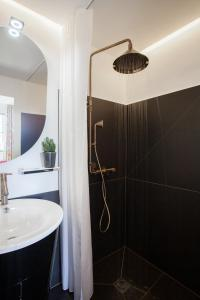 A bathroom at Maison Du Collectionneur