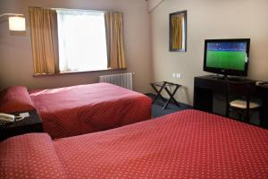 A bed or beds in a room at Marcopolo Suites Calafate