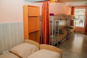 Двухъярусная кровать или двухъярусные кровати в номере Гостевой Дом Old Flat на Жуковского
