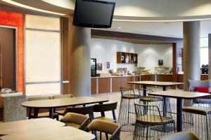 A restaurant or other place to eat at SpringHill Suites by Marriott Columbus OSU