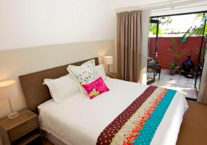 A bed or beds in a room at The Terrace- Beautiful home in quiet street.