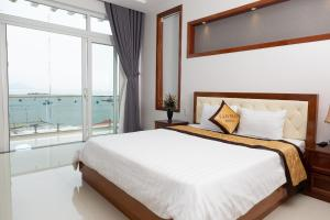 A bed or beds in a room at Sao Mai Hotel & Apartment