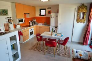 A kitchen or kitchenette at À L'Accostage