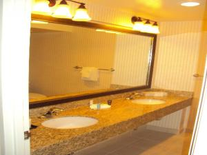 A bathroom at Crowne Plaza Hotel Mission Valley