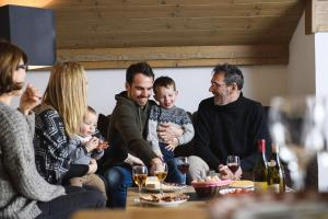 A family staying at CGH Résidences & Spas Les Chalets de Flambeau