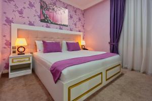 Cama ou camas em um quarto em Mensen Hotel Baku