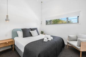 A bed or beds in a room at Aloha Byron Bay