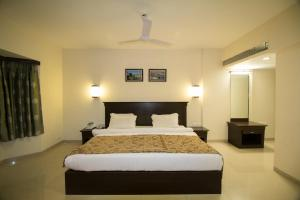 A bed or beds in a room at Hotel Grand International