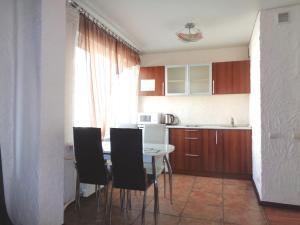 Кухня или мини-кухня в Apartments at Karla Marksa 21