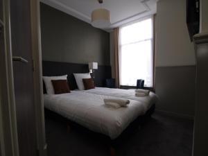 克萊門斯酒店房間的床