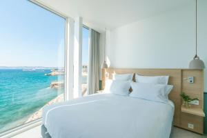 A bed or beds in a room at Les Bords De Mer