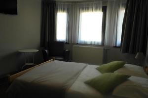 A bed or beds in a room at Zum Goldhahn