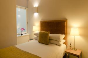 A bed or beds in a room at PREMIER SUITES PLUS Glasgow George Square