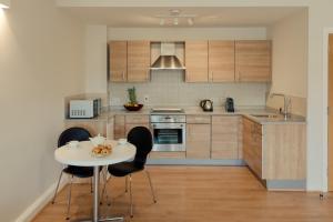 A kitchen or kitchenette at PREMIER SUITES PLUS Glasgow George Square