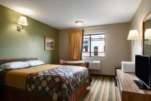 A bed or beds in a room at Super 8 by Wyndham Blackwell