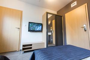 A television and/or entertainment centre at Hotel Platan