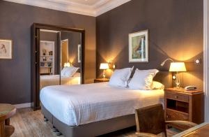 A bed or beds in a room at Le Jardin des Plumes