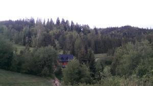 Widok z lotu ptaka na obiekt Bacówka w sercu gór - dom z bali w Gorcach