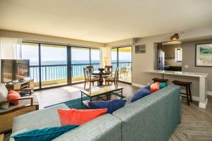 A seating area at Aston Waikiki Beach Tower