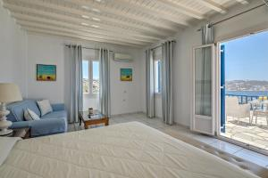 A bed or beds in a room at Hotel Alkyon