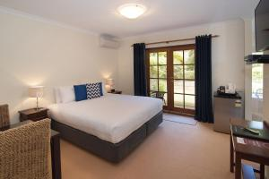 A bed or beds in a room at Pinda Lodge