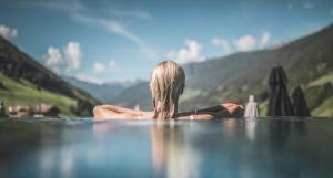 Der Swimmingpool an oder in der Nähe von Amonti Wellnessresort