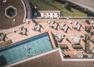 Ein Blick auf den Pool von der Unterkunft Amonti Wellnessresort oder aus der Nähe