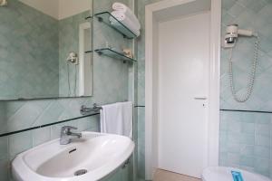 A bathroom at Park Hotel Serena