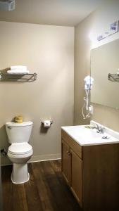 A bathroom at Mountain View Inn Yreka CA