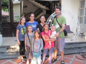 A family staying at Sac Xanh Homestay