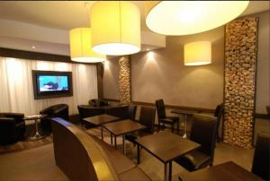 The lounge or bar area at Hotel Le Croiseur Intra Muros