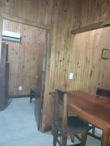 Una televisión o centro de entretenimiento en Cabañas Los Timbó