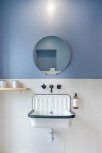 A bathroom at Hôtel La Nouvelle République