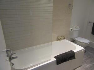 A bathroom at No 6 AT 19 IVANHOE - LARGE 2 BED NEAR SEFTON PARK AND LARK LANE