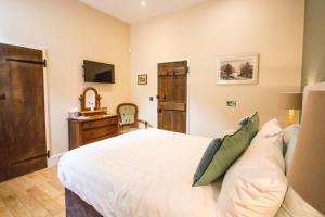 A bed or beds in a room at Robin Hood Farm B&B