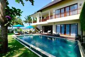 The swimming pool at or near Villa Sanika