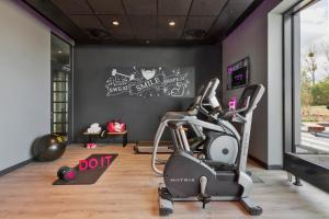 The fitness center and/or fitness facilities at Moxy Katowice Airport