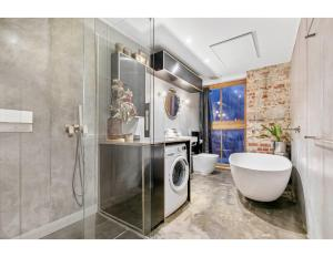 A bathroom at Chic warehouse apartment in hipster, foodie hub