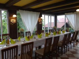 Restauracja lub miejsce do jedzenia w obiekcie Agroturystyka Dyrdówka