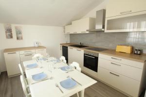 A kitchen or kitchenette at kuca-eldic