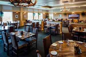 A restaurant or other place to eat at Talkeetna Alaskan Lodge