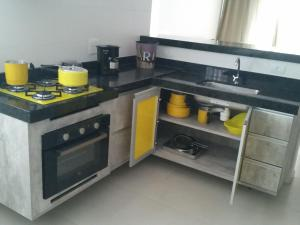 A kitchen or kitchenette at Arraial do Cabo - Le Bon Vivant 201