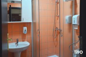 "A bathroom at Garni Hotel Tri ""O"""