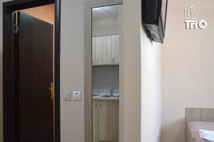 "A kitchen or kitchenette at Garni Hotel Tri ""O"""