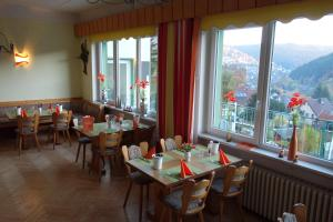 A restaurant or other place to eat at Pension Am Waldesrand