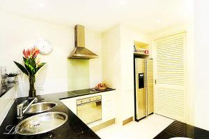 A kitchen or kitchenette at Plantation House 1 Spacious 4 Bedroom House Near Beach WIFI Netflix Telstra TV Playground Pool BBQ